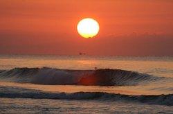 日の出に赤く反射.jpg