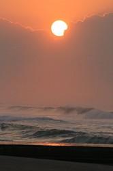 波と太陽.jpg
