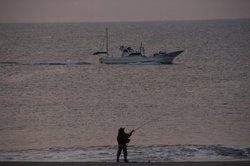 釣り人と船.jpg